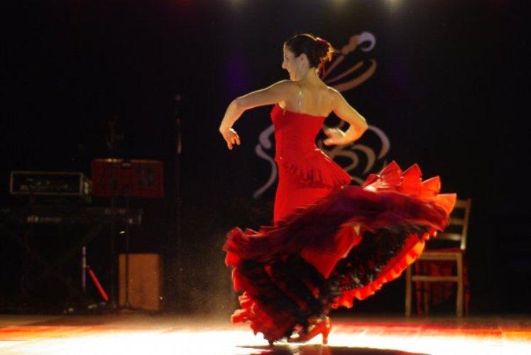 Maria Teresa Marini balla con la bata de cola