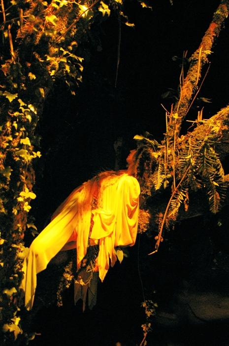 Le fate durante lo spettacolo nella grotta del Petrennio (foto di Alessandro Paddeu)