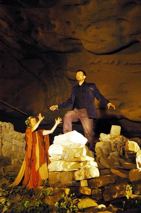 Momenti dello spettacolo nella Grotta del Petrnnio, Tallacano (foto di Alessandro Paddeu)