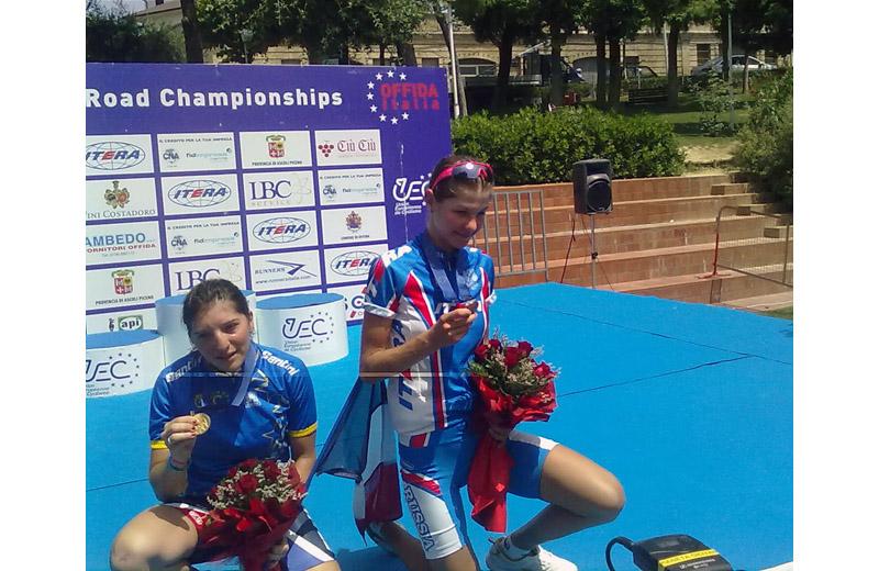 Offida2011: la francese Melodie Lesueur scherza sul podio con la seconda classificata, la russa Larisa Pankova