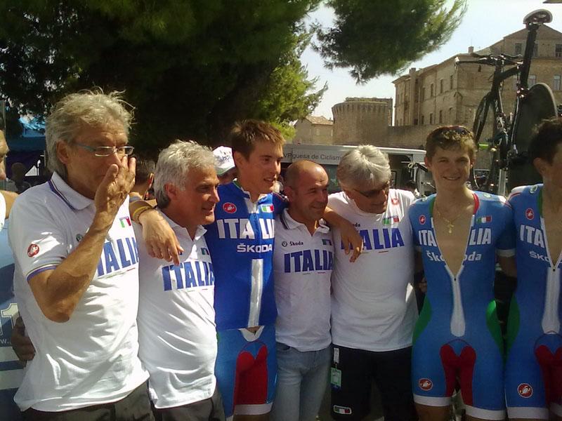 Offida2011: Alberto Bettiol campione europeo nella cronometro juniores con i tecnici federali subito dopo l'arrivo, giovedì pomeriggio