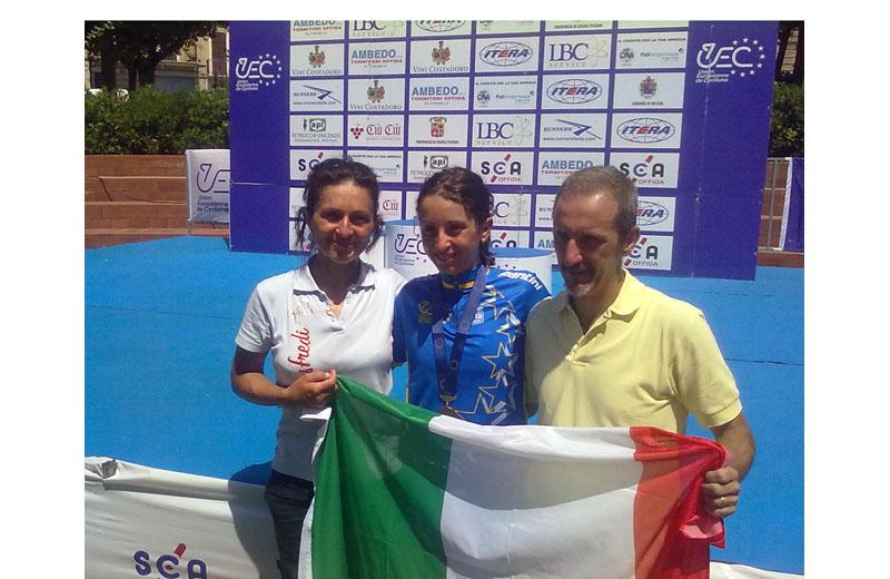 Offida2011: la neo campionessa europea juniores Rossella Ratto festeggia con il tricolore e i suoi genitori