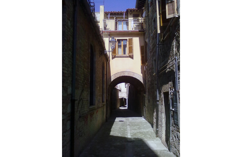 """Uno scorcio di una """"rua"""" del centro storico di Ascoli"""