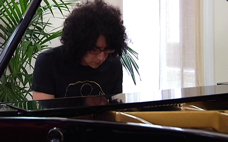 Giovanni Allevi suona il pianoforte durante la presentazione della tappa del suo tour ad Ascoli