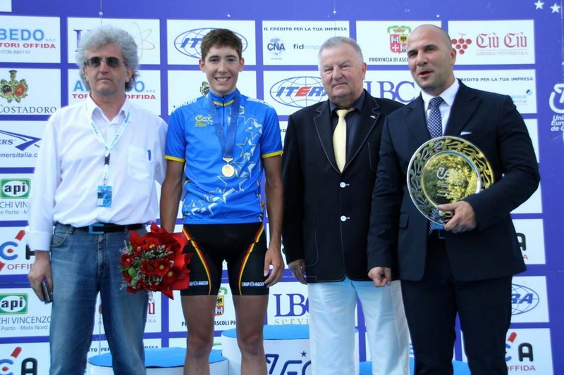 Julian Kern, primo nella gara under 23 su Strada, con Gianni Spaccasassi della Sca di Offida, il presidente Uec Wojciech Walkiewicz e il sindaco Valerio Lucciarini