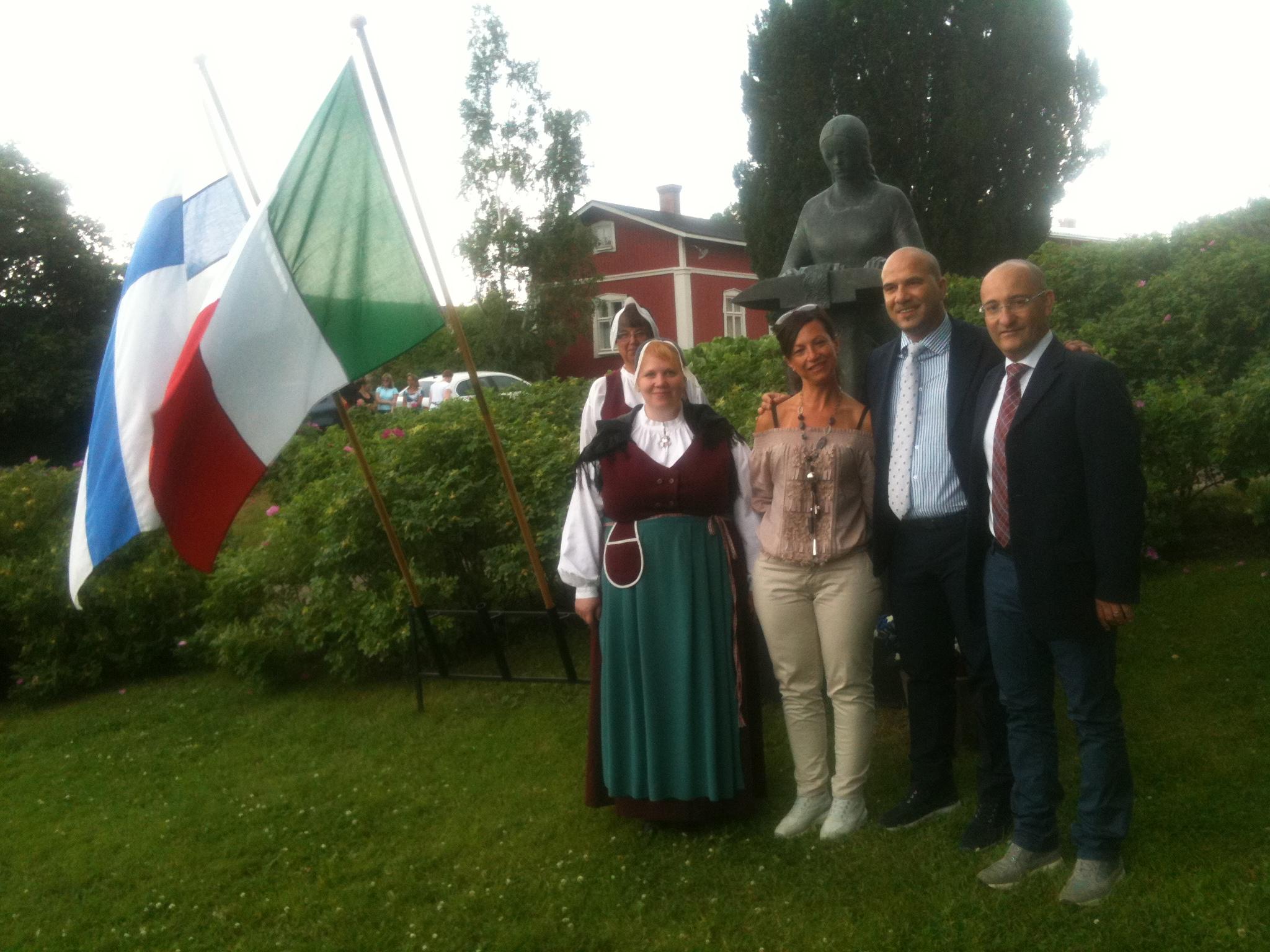 Piazza della statua della merlettaia di Rauma. L'Assessore Antimiani, il Sindaco Lucciarini, la Consigliere Almonti e la delegazione di merlettaie