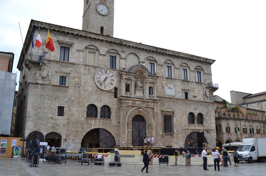 otello in piazza del popolo - allestimento palazzo dei capitani