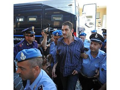 Salvatore Parolisi lunedì all'ingresso del Tribunale de L'Aquila scortato dalla Polizia Penitenziaria (fonte www.repubblica.it)