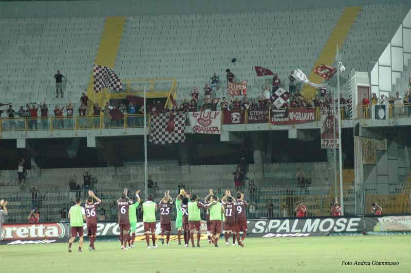 I granata salutano i tifosi (foto Andrea Giammusso)