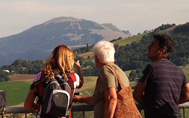 I turisti si godono il panorama in una gita di