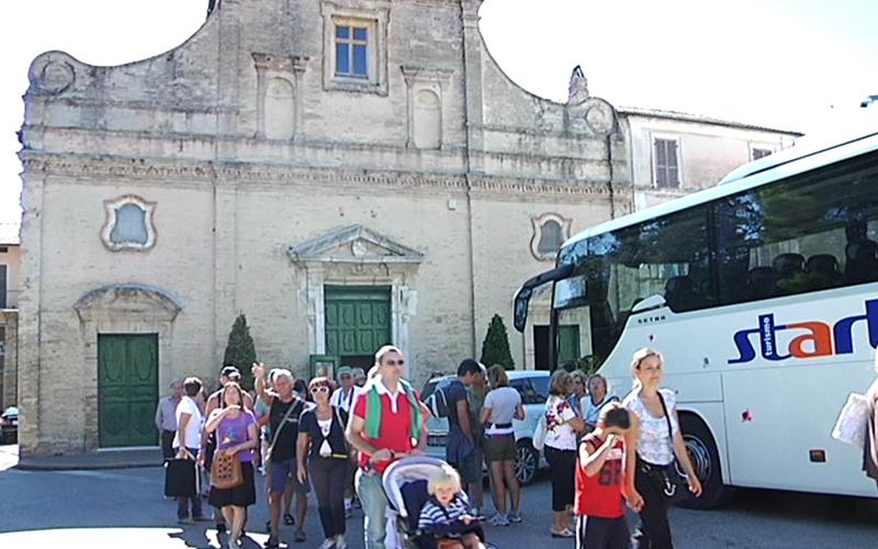 Vivendo il Piceno in percorsi sorsi e morsi: l'autobus Start trasporta i turisti a Carassai