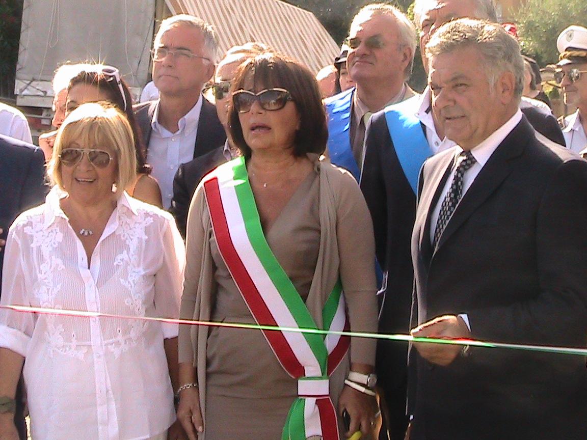 Taglio del nastro. Anna Moroni, Patrizia Rossini, Giuseppe Traini