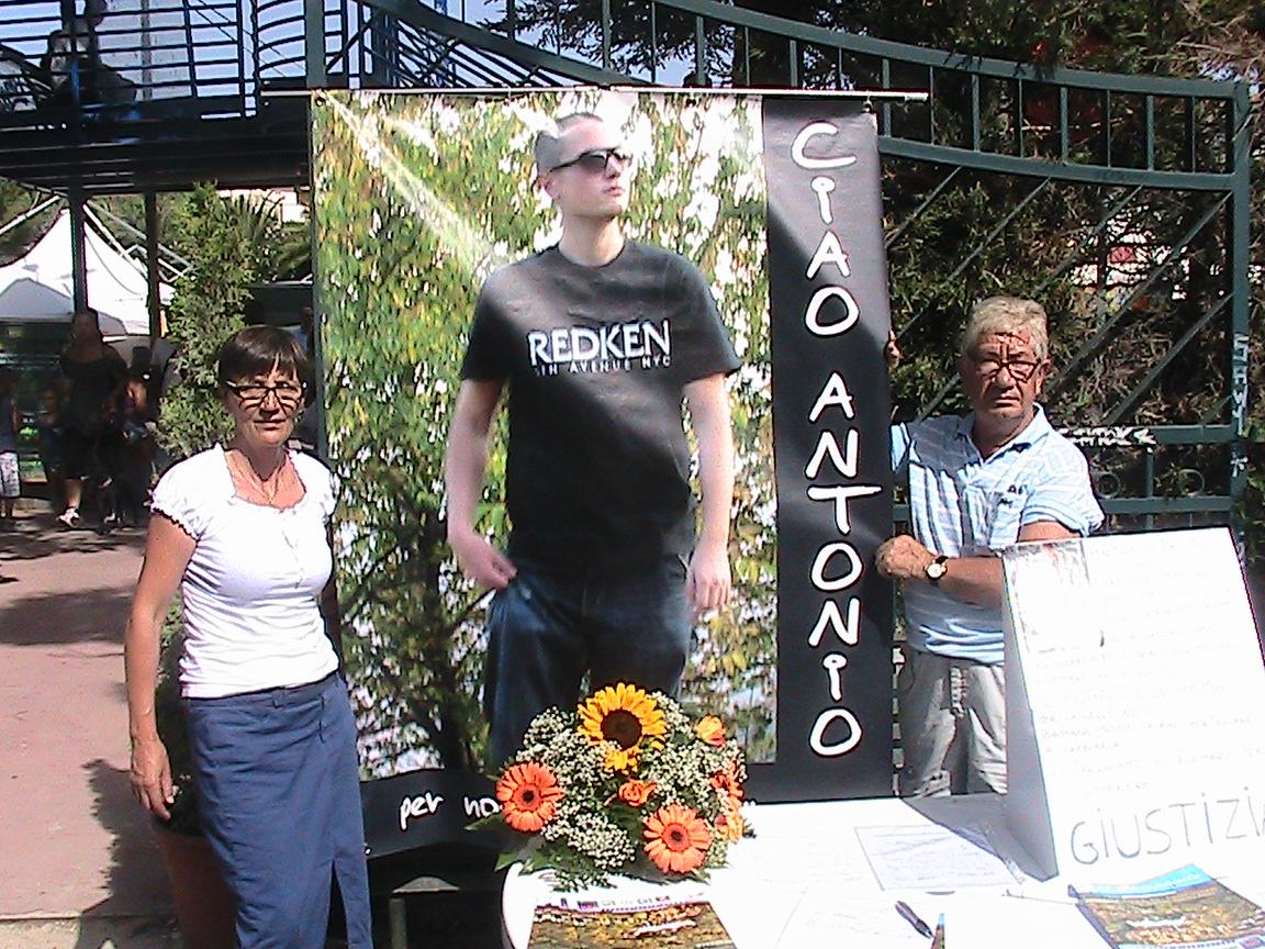 raccolta firme dai genitori di Antonio de Meo. Ucciso a pugni da alcuni ROM il 10 agosto 2009