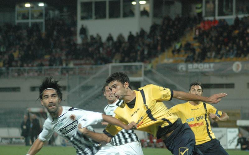 Faisca lotta in area durante Ascoli-Modena 0-1 (ph. Giammusso)