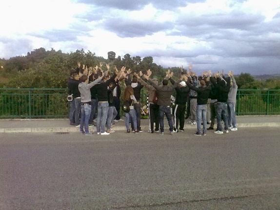 Tifosi davanti alla lapide di Reno