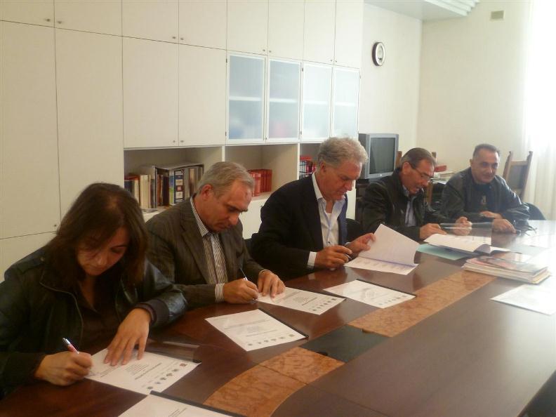 Un momento della firma per il nuovo plesso scolastico a Venarotta