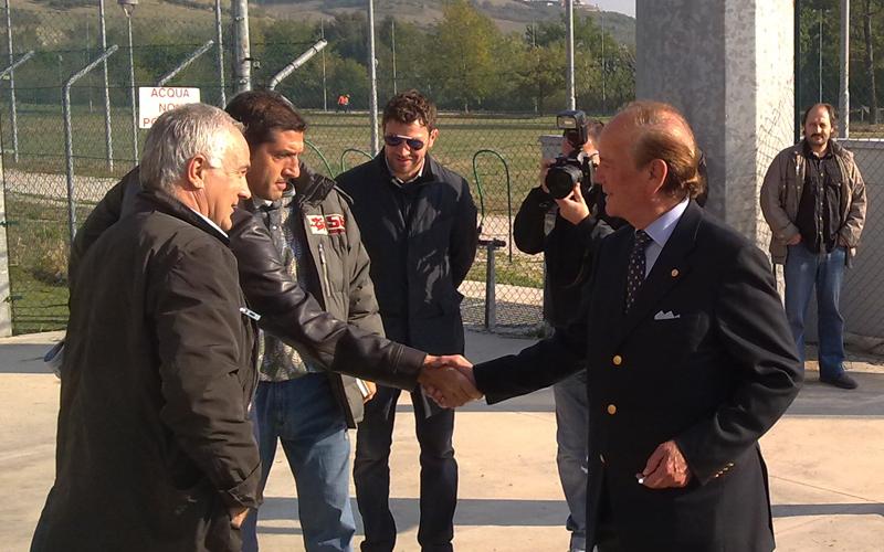 Benigni saluta Silva e Aloisi al suo arrivo al Città di Ascoli. Dietro, De Matteis