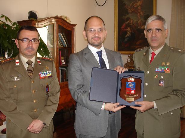 Il sindaco Castelli con il Comandante Raffaele (a destra) e il colonnello Vicari