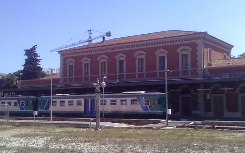 La stazione di Ascoli Piceno con la littorina