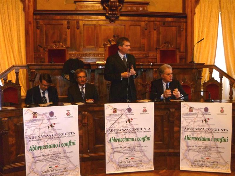 I presidenti dei consigli provinciali di Ascoli Armando Falcioni e di Teramo Mauro Martino, il presidente della provincia Piero Celani e il sindaco di Civitella Gaetano Luca Ronchi.