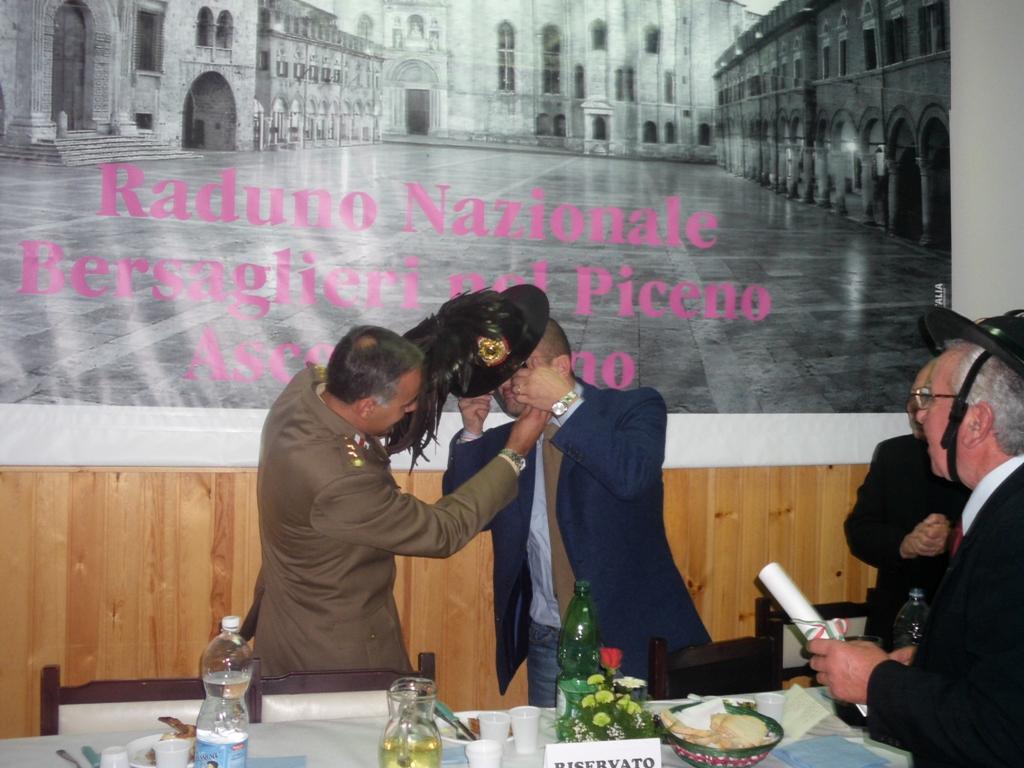 Il sindaco Guido Castelli riceve il cappello piumato da bersagliere