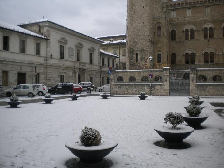 Ascoli, neve a piazza Sant'Agostino