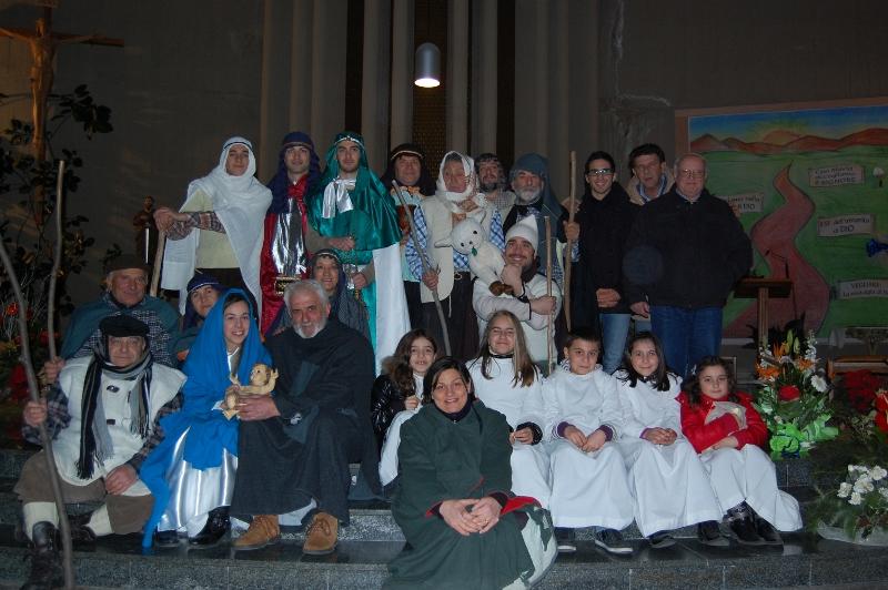 Foto di gruppo con il Parroco, don Basilio Marchei e le voci narranti: Carlo Pulcini e Alberto Azzara