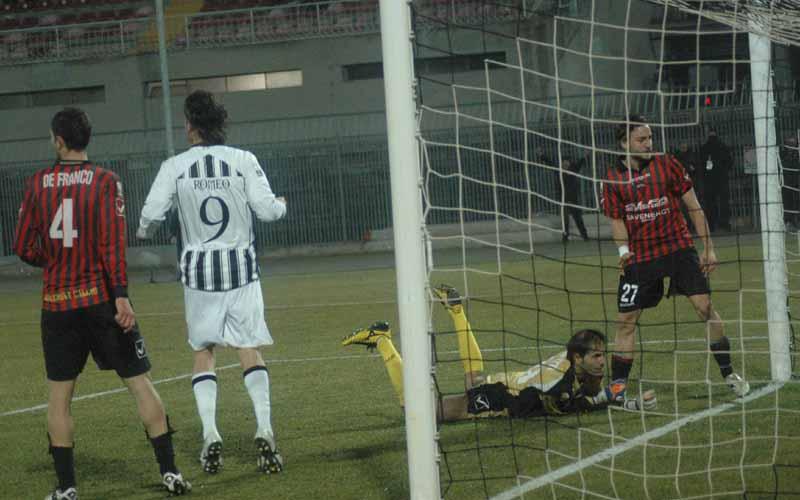 Gerardi segna in mischia, Concetti è battuto, l'Ascoli vince sulla Nocerina (ph. Giammusso)