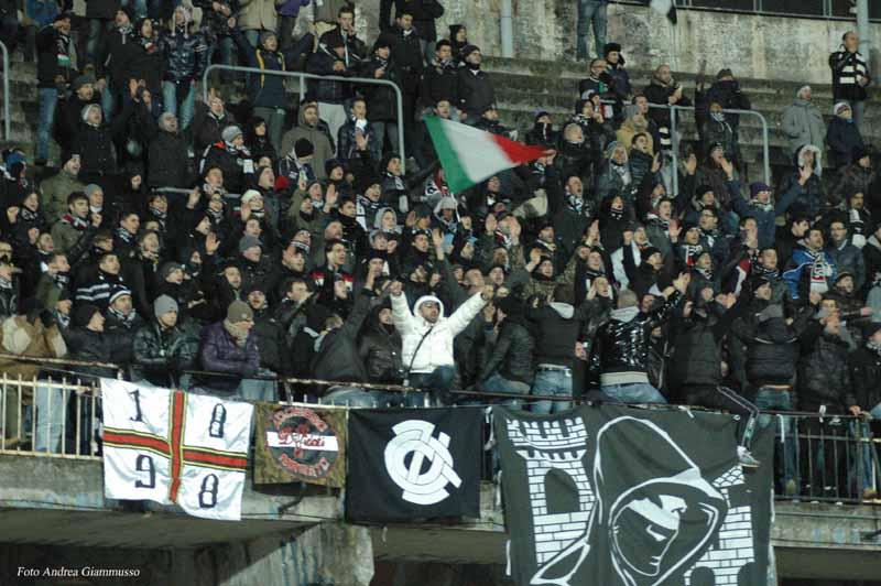 Tifosi Ascoli nella partita vinta contro la Nocerina (ph. Giammusso)