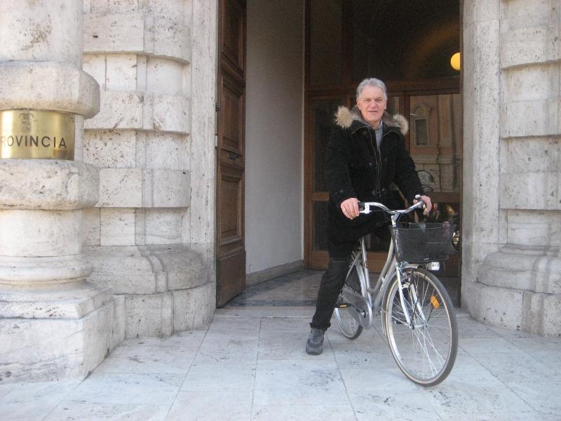 Piero Celani in bicicletta a Palazzo San Filippo