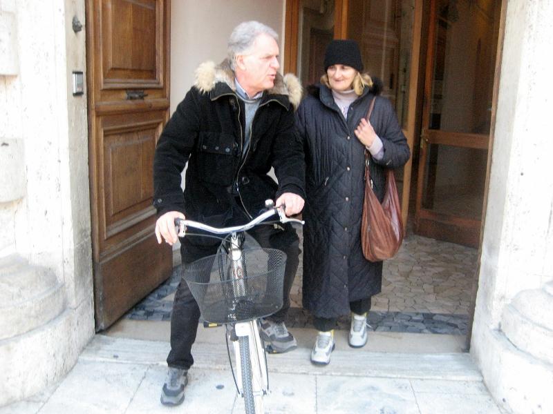 Piero Celani in bicicletta all'ingresso di Palazzo San Filippo (2)