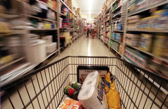 Scendono i consumi, persino di alimentari