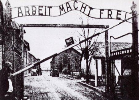 L'ingresso di un campo di concentramento tedesco