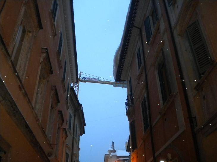 Ascoli Piceno, neve sporge dal cornicione, 10 febbraio 2012 (Domenico C.)