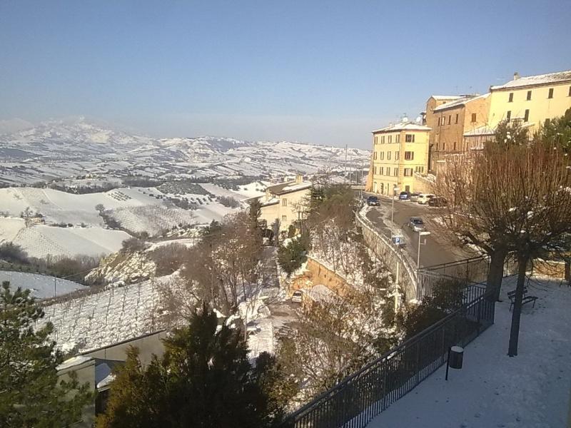 Castorano, uno sguardo dalla terrazza, 9 febbraio 2012  (Selene)