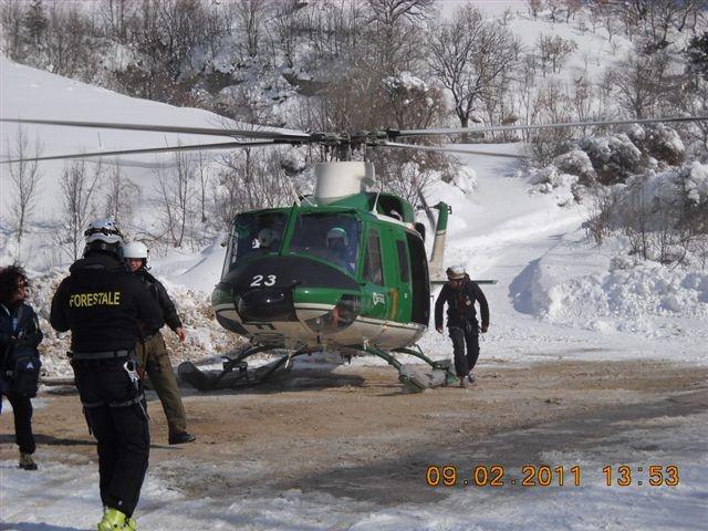 Emergenza neve, elicottero del Corpo Forestale durante un'operazione a Montemonaco, 9 febbraio 2012 (2)