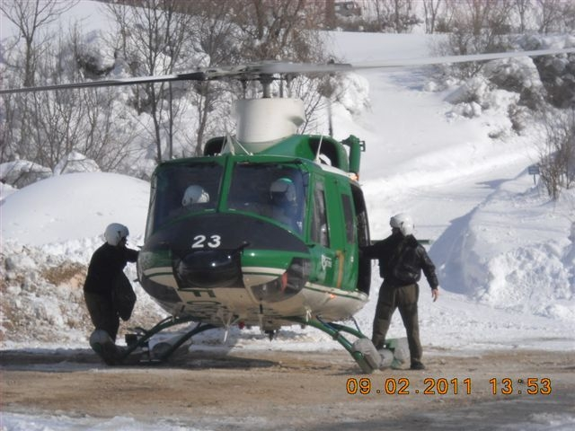 Emergenza neve, elicottero del Corpo Forestale durante un'operazione a Montemonaco, 9 febbraio 2012 (3)