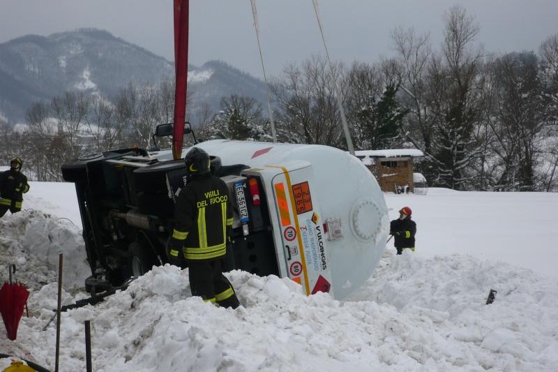 Emergenza neve nelle Marche. I vigili del fuoco recuperano un automezzo uscito di strada (2)