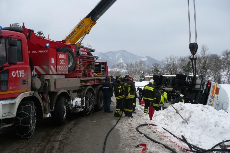 Emergenza neve nelle Marche. I vigili del fuoco recuperano un automezzo uscito di strada