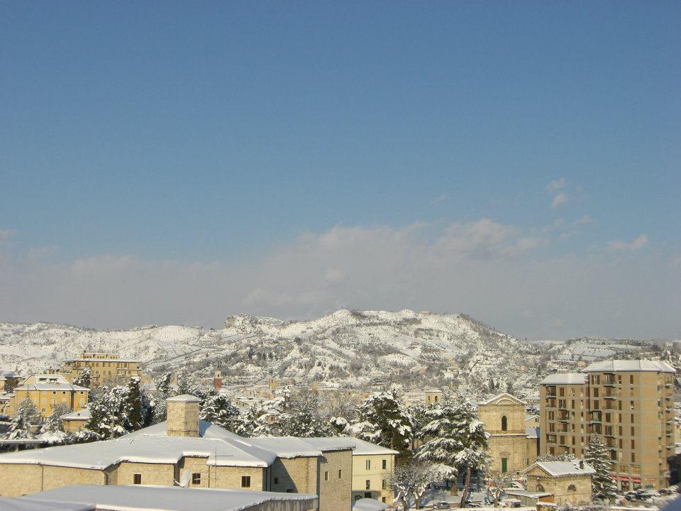 I tetti di Ascoli innevati sotto il sole della mattina dell'11 febbraio (francesca marchei)