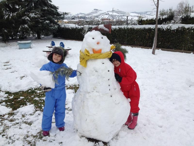 Neve a Porto d'Ascoli, Simone e Chiara col pupazzo di neve, 10 febbraio 2012,
