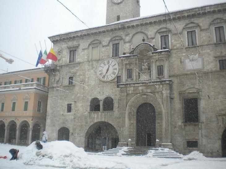 Neve ad Ascoli, Palazzo dei Capitani,  10 febbraio 2012 (Domenico C.)