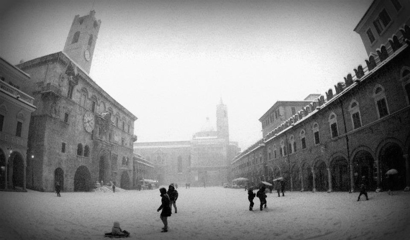 Neve ad Ascoli, Piazza del Popolo, 10 febbraio 2012, foto di Alessio