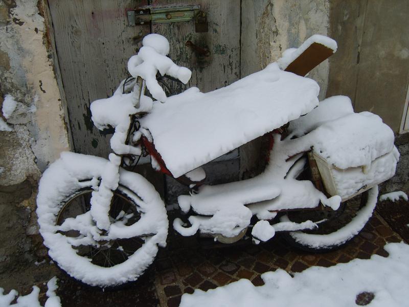 Nevicata storica su motorino storico, in via Laberinto, a San Benedetto. Di Silvia