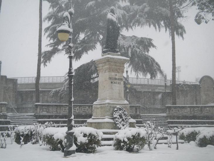 Neve Ascoli, 3 febbraio, statua Cecco d'Ascoli