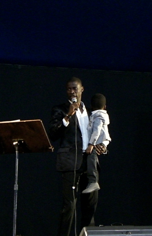 Papa Waigo sul palco con il figlio