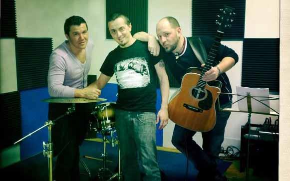 Dario Faini, al centro, durante le prove per il concerto del 2 aprile al Cinema Piceno. Con lui gli ex Elettrodust Daniele Di Pietro e Cristian Regnicoli