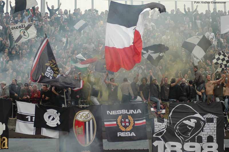 Tifosi del Picchio esultano dopo il primo gol di Waigo al Pescara