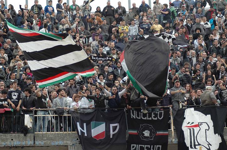 esultanza-dei-tifosi-dopo-il-goal-di-Sbaffo-Foto Andrea Giammusso
