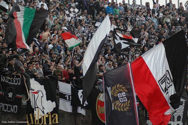 sciarpe-e-bandiere-bianconere-Foto Andrea Giammusso